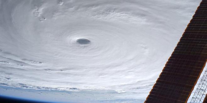 日本太空人油井 亀美也在外太空拍攝蘇迪勒颱風的照片。