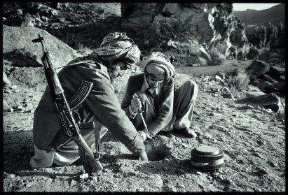 聖戰軍正在埋設地雷,阿富汗,1979