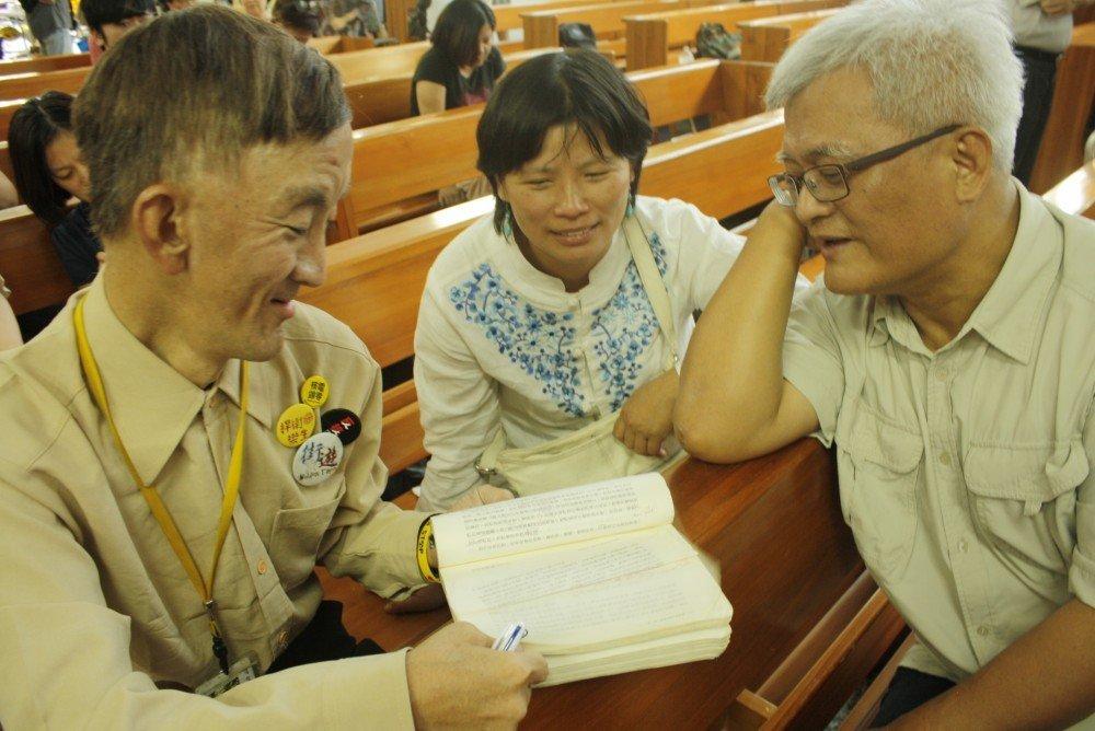 街友卜派向監察院副院長孫大川及與會者,分享《親吻窮人》閱讀心得。