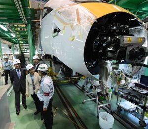 蔡英文參觀製造台鐵太魯閣號車廂的「日立製作所」,所長川畑淳一介紹軌道車輛的製作細節。