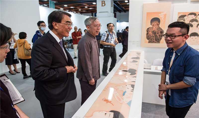 文化部次長許秋煌與藝術發展司司長梁永斐,參觀藝術家新秀曾建穎的展區。