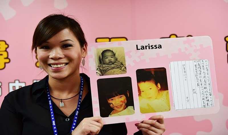 Larissa及其兒時照片與生母字條