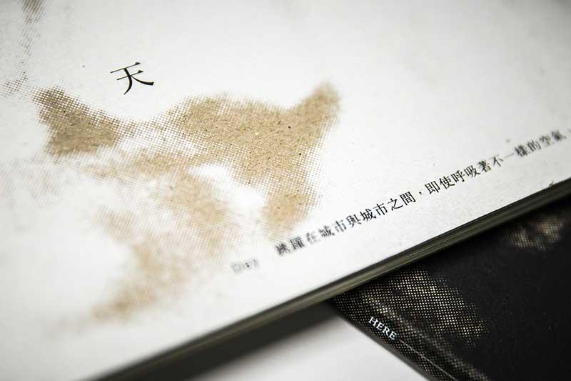 【裝禎】絹版印刷白油墨於灰紙卡上