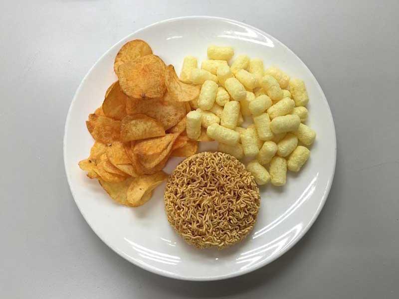 便利超商隨手可得的膨鬆餅乾及洋芋片等零食點心,每一包平均含磷量約有100毫克,且多屬於人體吸收率100%的無機磷。