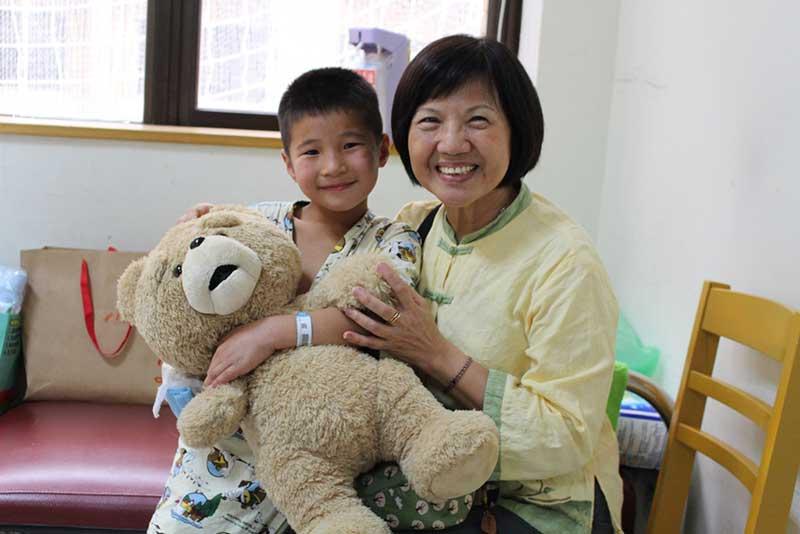 認養人蘇琦玲女士,第一次與認養童鋼巴亞爾會面。