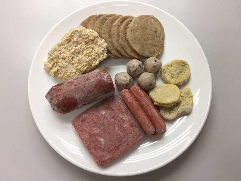 醫師提醒,避免選用肉類加工品、部分混合調理(主食、豆蛋魚肉、奶等)的冷凍食品、零食點心類及即食食品等加工類食品。