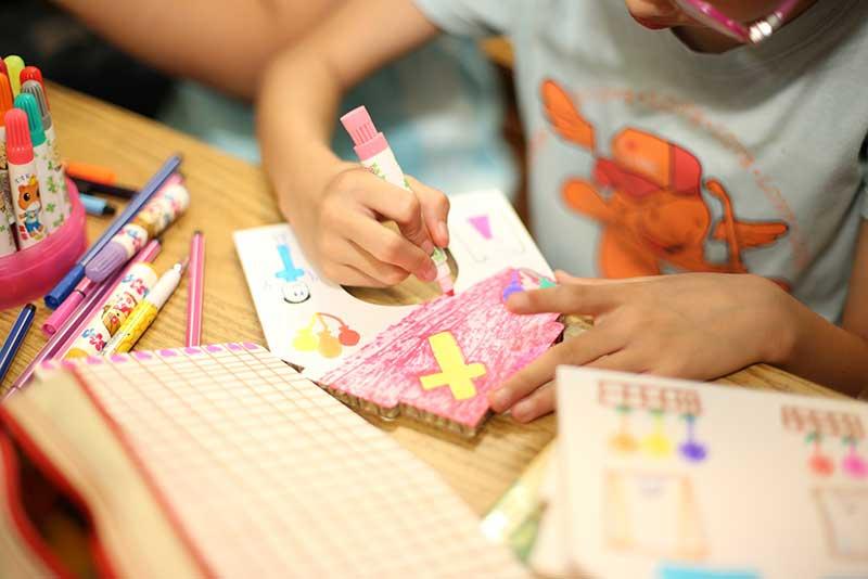 兒童認真繪製「耶誕小屋」,畫出對未來的夢想。