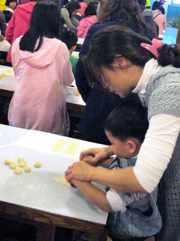 除表揚寄養家庭的無私愛心外,更藉親子DIY以及聯誼活動,增進家庭間的情感。