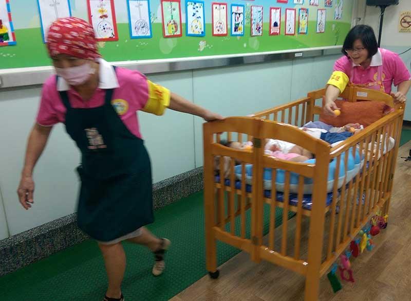 運用就地就變原則,以教室內的嬰兒床做為逃難工具。