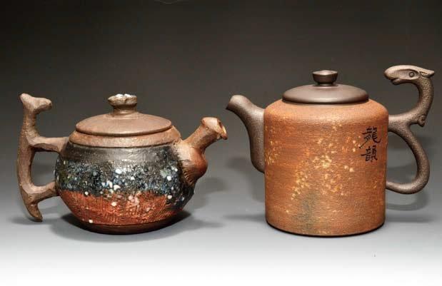 三古默農的岩礦壺(左)與鄧丁壽的岩砂壺(右/江德全藏)明顯有著粗獷與細緻的區別。
