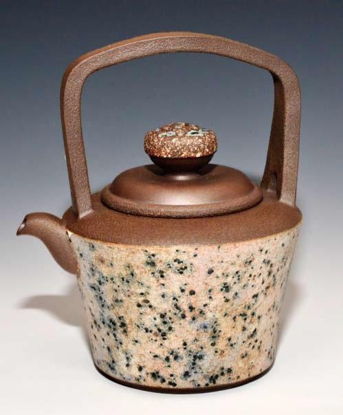 鄧丁壽創作的1000CC大型岩砂提梁壺「繁華煙飛」。