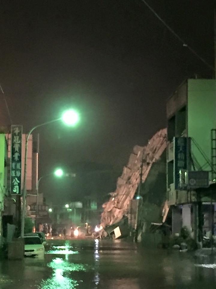 台南永康路15樓大廈倒塌,管路破裂淹大水。