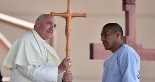 21XtUiOGf300974341eba8c3560d-3451596-Pope_Francis_receives_a_cross_made_by_an_inmate_during_his_visit-a-23_1455746460739