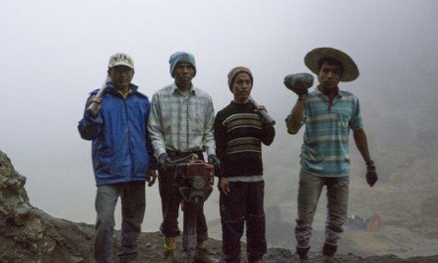《挖玉石的人》以冰毒勇奪台北電影獎最佳導演獎趙德胤的作品,描寫緬甸玉石工人因戰爭被迫進入戰區開採,以求賣相好的玉石能脫離窮困的生活。片中部份使用偷拍方式,意味著礦區生活日常。