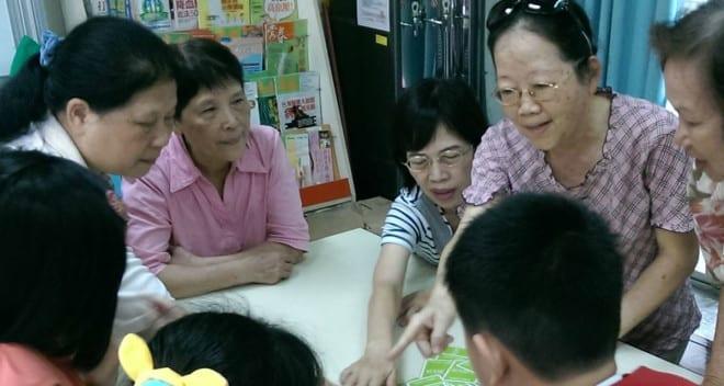 許永清讓樂齡中心的老人家化身小老師教導孩子玩桌遊