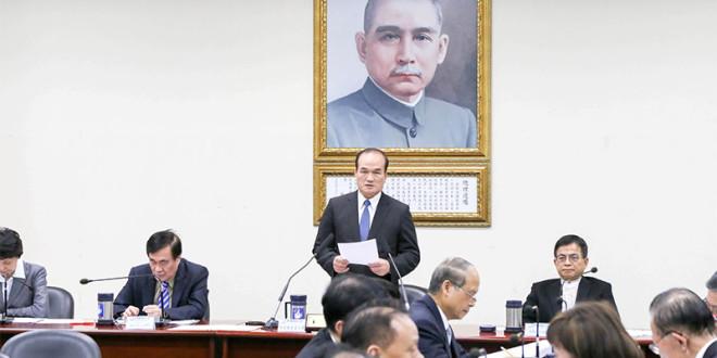 賴士葆(右)指出,截至民國104年12月31日,黨產淨值為新台幣166億餘元,並非外界盛傳的千億黨產。 圖片來源:中國國民黨資料照片(非今日內容)