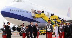 總統馬英九出訪中美洲,15日晚間舉行僑宴時,因10多位華航空姐、空少在舞台上和總統一起唱歌跳舞,遭勞團質疑是否有讓空姐獲得充分休息、是否違反勞基法等質疑。  圖片來源:馬英九臉書