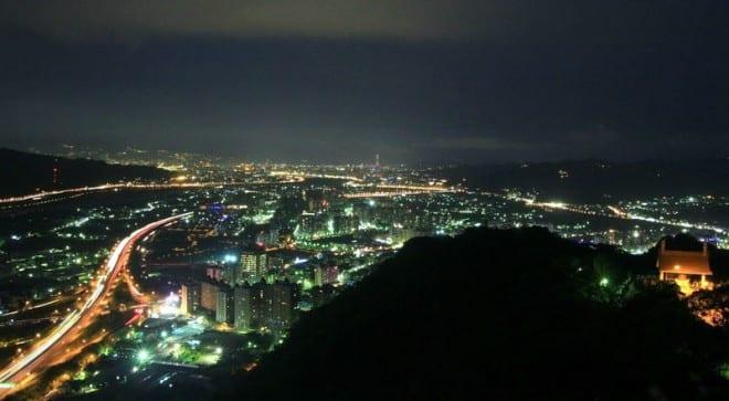位於三峽的鳶山步道夜景。〈圖片來源:翻攝Flickr y . l yeh〉