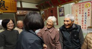 總統當選人蔡英文11日前往探望電影《無米樂》主角之一的崑濱伯,台南市長賴清德也一起探訪。崑濱伯現已87歲高齡,日前騎機車自摔開放性骨折,引發外界關注。  圖片來源:蔡英文臉書