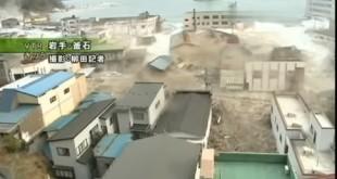 日本311大地震引發10公尺高海嘯,侵襲福島第一核電廠,造成爐心熔毀,造成近16萬人流離失所。(翻攝自YouYube)