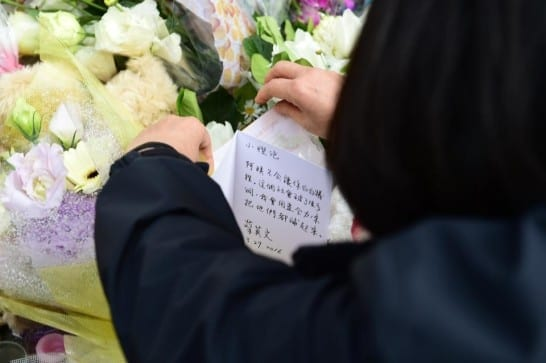 總統當選人蔡英文29日到案發現場送上祝福,並說,「小燈泡,阿姨不會讓你白白犧牲。這個社會破了很多洞,我會用盡全力,來把他們都補起來。」 圖片來源:蔡英文臉書