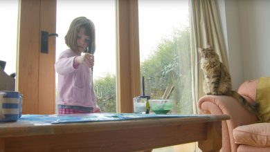Photo of 英國6歲自閉症小畫家 貓咪貼心陪伴讓她開口說話