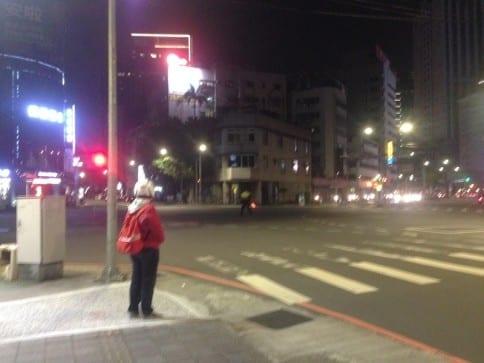紅衣學生主動站在路口提醒用陸人號誌故障。〈圖片來源:梁嘉恩〉