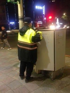 海山分局員警原地乾等新北市交通局維修人員抵達。〈圖片來源:梁嘉恩〉