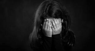 不論成人或孩童目睹暴力、血腥畫面,都會在身心留下負面的影響,嚴重者甚至引發「創傷後壓力症候群」。(圖片來源:翻攝網路)