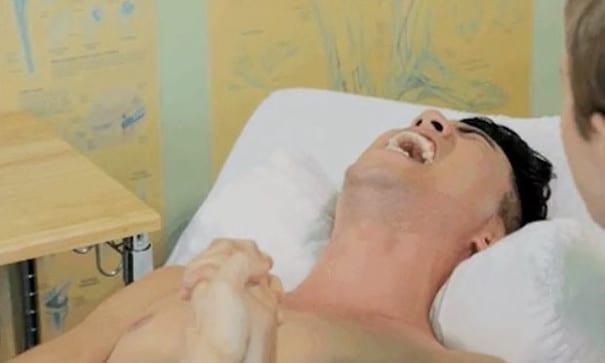 到了第二級疼痛,尤金開始放聲大叫。(圖片來源:BuzzFeed)