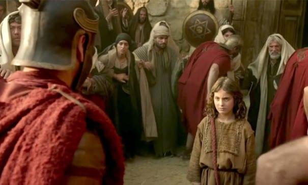 小小耶穌面對羅馬軍官展現勇敢無懼,流露出的堅定意志。(圖片來源:翻攝網路)