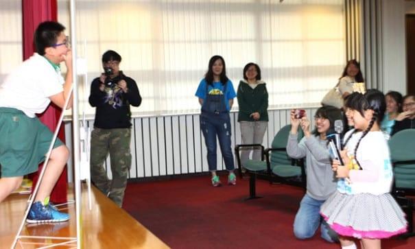 左左右右現場與仁愛國小學小朋友玩比手畫腳。(圖片來源:公共電視)