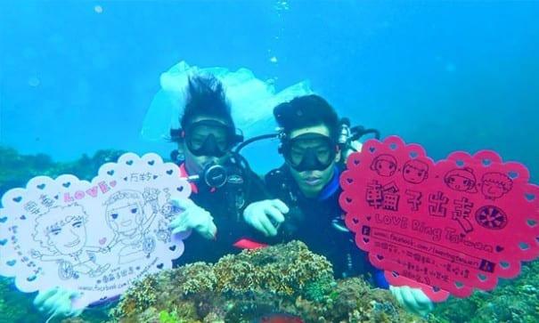 兩人挑戰墾丁潛水拍婚紗。(圖片來源:輪子出走臉書)
