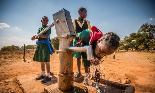 世界上有6.63億人口缺乏安全乾淨飲用水,每年630萬個離開人世的5歲以下兒童中,有半數因為飲用不安全水而死亡,而每90秒鐘就有一個孩子因水相關的疾病死亡。(圖片來源:台灣世界展望會)