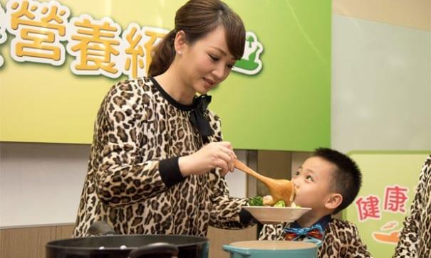 小兒子Max說最喜歡和媽媽一起煮飯,吃媽媽的飯有幸福的感覺。(圖片來源:兒福聯盟)