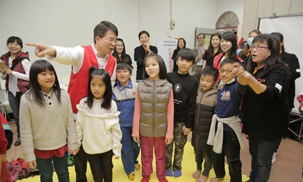 當天志工大哥哥大姐姐陪小朋友玩遊戲、說故事。(圖片來源:台灣世界展望會)