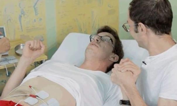 其中一位大男生基斯,開始感到疼痛便握起拳頭(圖片來源:BuzzFeed)