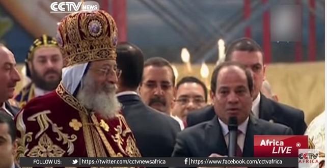埃及總統阿卜杜勒成為首位參加平安夜活動的總統,並承諾於今年要重建國內被毀的教堂。(翻攝自YouTube)