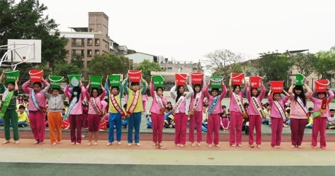 大同國小響應台灣世界展望會水資源行動,277位六年級師生赤足頂水體驗非洲童取水路(圖片來源:台灣世界展望會)