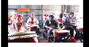 社團法人中華小腦萎縮症病友協會與台新基金會合作,為病友籌組太鼓樂團,在演出中鼓動生命力!(圖片來源:翻攝自網路)