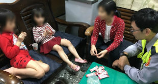 警察將女童帶回警局後邊用糖果安撫女童,邊發揮巧思,用女童給得有限線索成功讓女童回到媽媽的懷抱。〈圖片來源:台北市政府提供〉