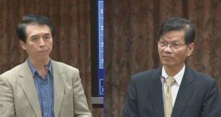 翁啟惠向總統府請假未獲准,在召委陳學聖(左)的要求下到立院備詢。  圖片來源:影片截圖