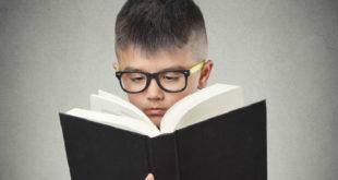 調查顯示近半國小低年級生已患有近視,衛生局呼籲家長積極協助孩童建立良好用眼習慣。