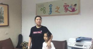 小禎(左)帶女兒Emma一起去關懷棄養兒。(圖片來源:小禎臉書)