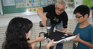 宜家為偏鄉孩子組裝學習最需要的書桌和椅子。〈圖片來源:世界展望會提供〉