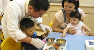 古錐師郭主義帶著孩子們體驗下廚樂趣,為父母示範在家與孩子享受廚房時光。〈圖片來源:靖娟基金會〉