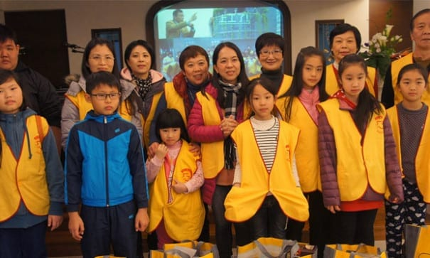 胡適國小家長及小朋友已固定參與送食物包活動、拉提琴,送愛給獨居長者。(圖片來源:基督教救助協會)