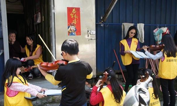 小志工們演奏懷念的歌曲,阿嬤忍不住紅了眼眶。(圖片來源:基督教救助協會)