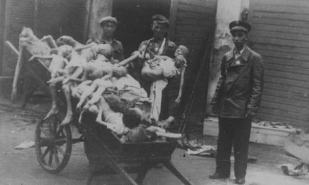 二戰時期,納粹殺害千萬猶太人的景像。(圖片摘自網路)