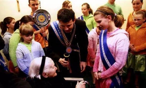 艾琳娜在慕尼黑舉行的紀念儀式上接受榮譽勳章。(圖片摘自網路)